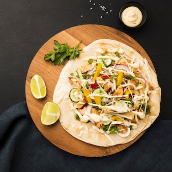 Vista superior del delicioso kebab con limas y mayonesa