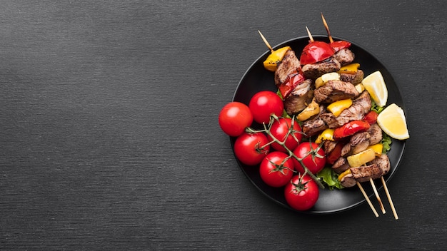 Vista superior del delicioso kebab con tomates y espacio de copia