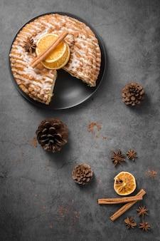 Vista superior delicioso pastel casero con piñas