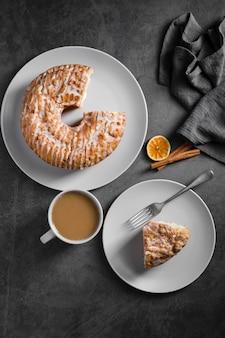 Vista superior delicioso pastel casero sobre la mesa