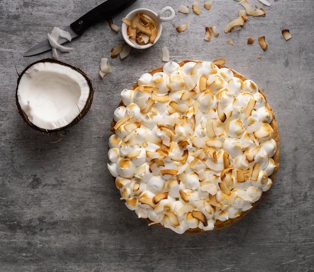 Vista superior delicioso pastel con coco