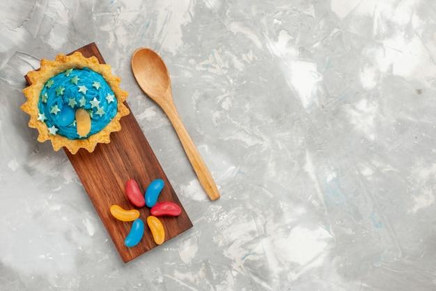 Vista superior delicioso pastel con crema en el escritorio ligero pastel hornear crema azúcar dulce