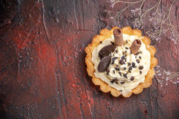 Vista superior delicioso pastel cremoso en mesa oscura postre dulce pastel