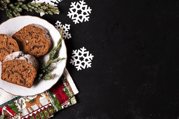 Vista superior delicioso pastel para fiesta de navidad con espacio de copia