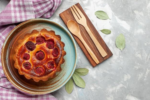 Vista superior delicioso pastel de frambuesa en el fondo claro pastel de frutas hornear azúcar dulce