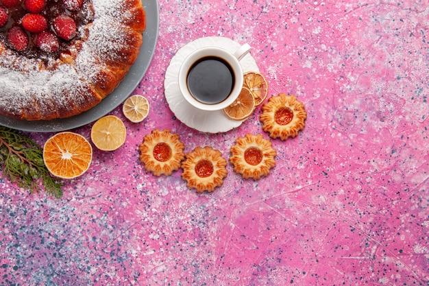 Vista superior delicioso pastel de fresa con galletas y té sobre fondo rosa pastel hornear pastel de color de galleta de galleta de azúcar dulce