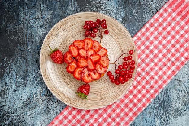 Vista superior delicioso pastel con fresas frescas sobre fondo oscuro