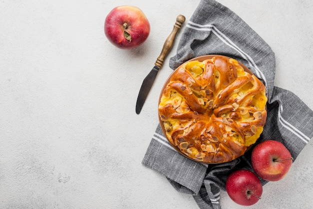 Vista superior delicioso pastel horneado con manzanas
