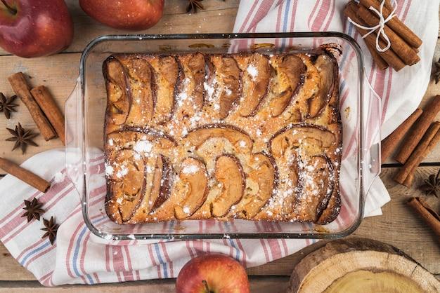 Vista superior delicioso pastel listo para ser servido
