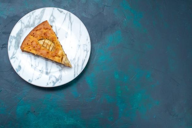 Vista superior del delicioso pastel de manzana en rodajas dentro de la placa en el escritorio oscuro pastel de frutas pastel de azúcar dulce