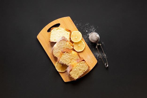 Vista superior delicioso pastel con rodajas de limón