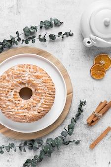 Vista superior delicioso pastel sobre la mesa