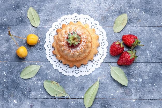 Vista superior del delicioso pastelito con frambuesa junto con fresas en baya de hornear dulce, galleta de pastel brillante