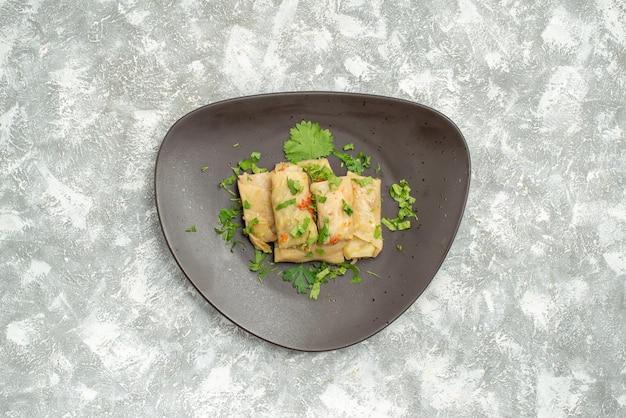 La vista superior del delicioso repollo dolma consiste en carne molida con verduras sobre fondo blanco, carne, cena, calorías, aceite, plato, comida