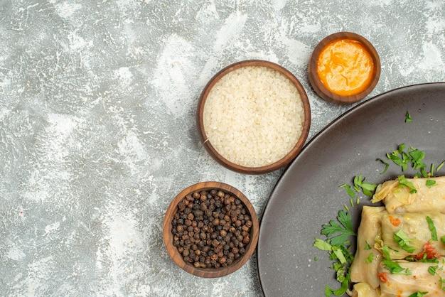La vista superior del delicioso repollo dolma consiste en carne molida con verduras sobre el fondo blanco, carne, cena, calorías, aceite, plato de comida