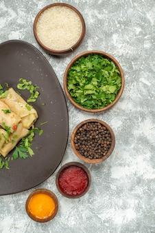 La vista superior del delicioso repollo dolma consiste en carne molida con verduras sobre fondo blanco, carne, cena, pimienta, plato de comida