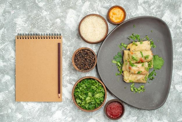 Vista superior del delicioso repollo dolma consiste en carne molida con verduras sobre fondo blanco plato de carne cena calorías aceite comida