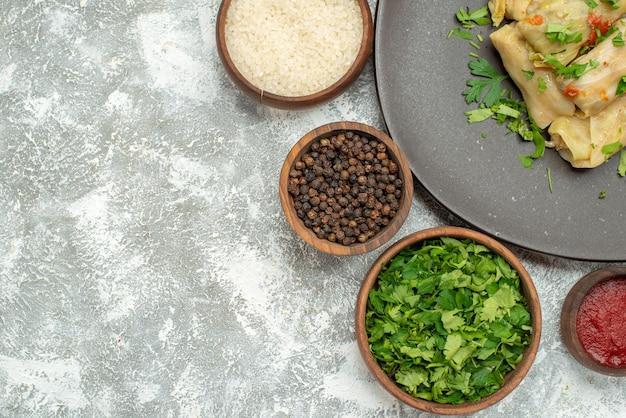 Vista superior del delicioso repollo dolma consiste en carne molida con verduras sobre fondo blanco plato de comida de aceite de calorías de cena de carne