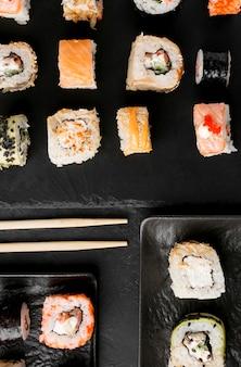 Vista superior delicioso sushi en el escritorio