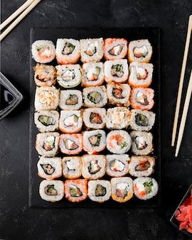 Vista superior delicioso sushi en placa