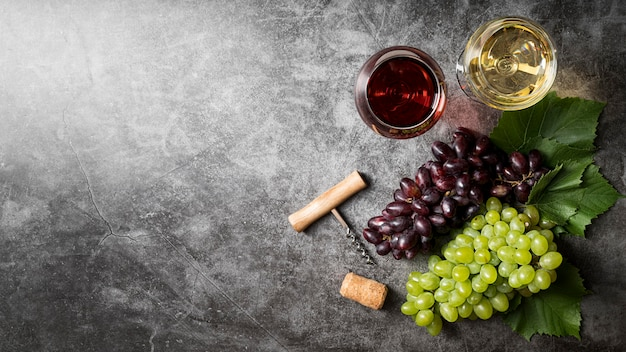 Vista superior delicioso vino orgánico y uvas.