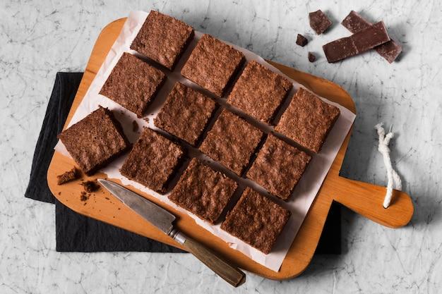 Vista superior deliciosos brownies listos para ser servidos