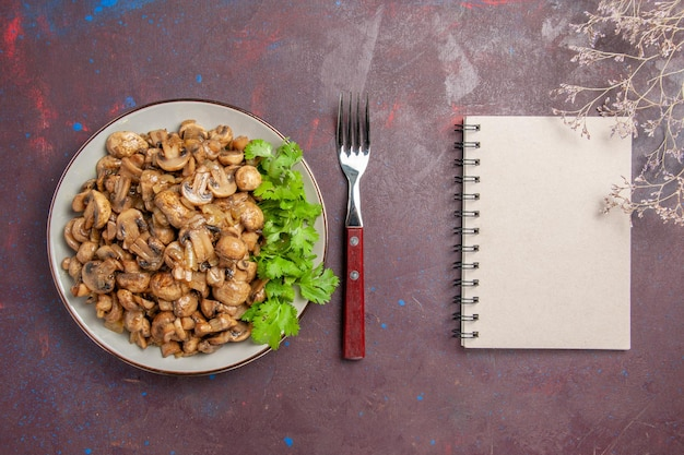 Vista superior deliciosos champiñones cocidos con verduras en el escritorio oscuro plato cena comida comida planta salvaje