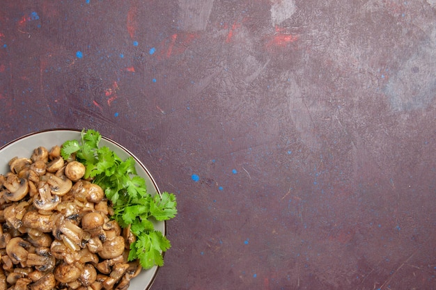 Vista superior deliciosos champiñones cocidos con verduras en el escritorio oscuro plato de comida cena comida de plantas silvestres