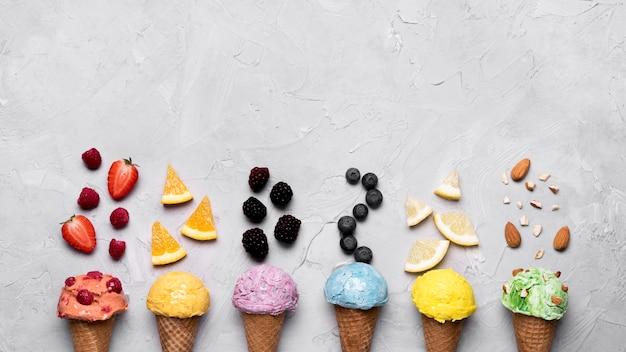 Vista superior deliciosos conos de helado con espacio de copia