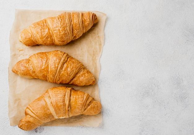 Vista superior deliciosos croissants y espacio de copia