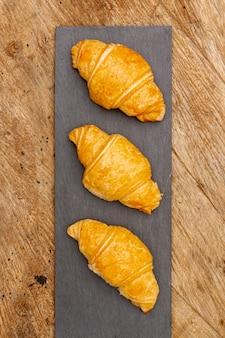 Vista superior deliciosos croissants horneados