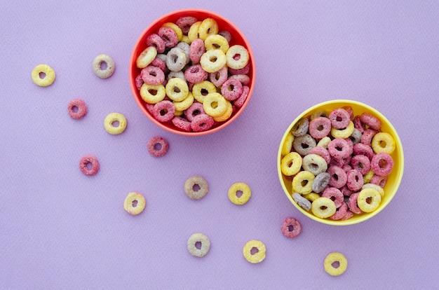 Vista superior deliciosos cuencos de bucles de cereales de frutas