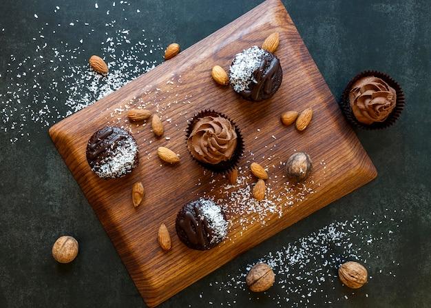 Vista superior de deliciosos cupcakes de chocolate