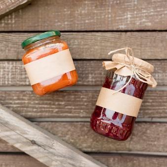 Vista superior deliciosos frascos rellenos de mermelada casera