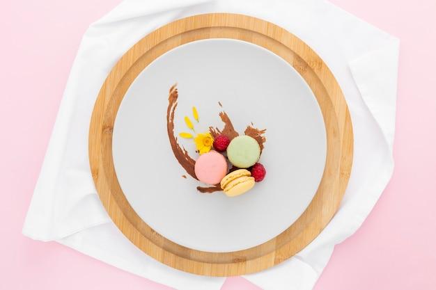 Vista superior deliciosos macarons listos para ser servidos