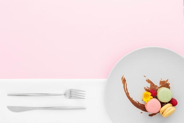 Vista superior deliciosos macarons en un plato
