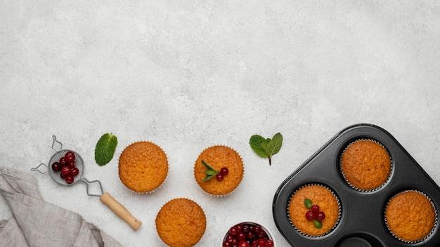Vista superior de deliciosos muffins con espacio de copia