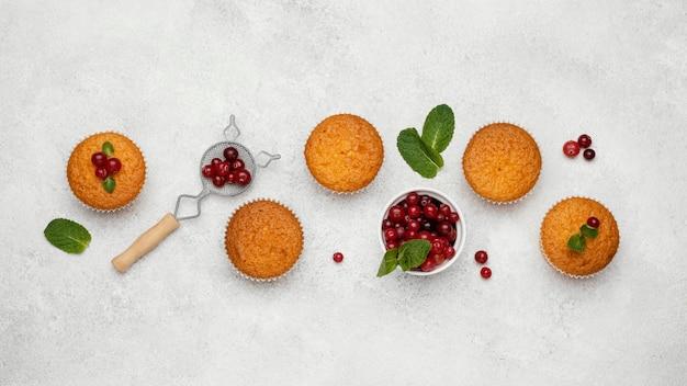 Vista superior de deliciosos muffins con frutos rojos