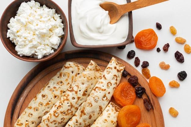 Vista superior deliciosos panqueques y crema agria