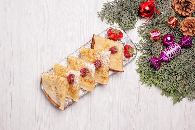 Vista superior deliciosos panqueques sobre fondo blanco pastel dulce postre fruta té panqueque