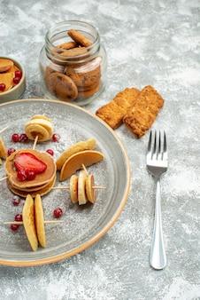 Vista superior de deliciosos panqueques con varios ingredientes