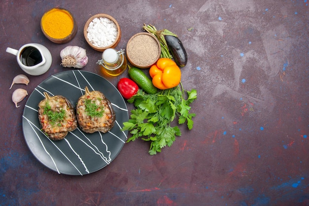 Vista superior deliciosos pimientos cocidos comida vegetal con carne molida y verduras sobre fondo oscuro hornear plato cena comida color calorías