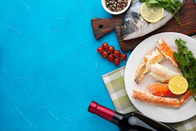 Vista superior deliciosos platos de mariscos con vino
