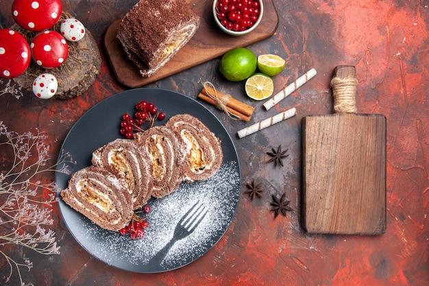Vista superior de deliciosos rollos de galletas sobre fondo oscuro