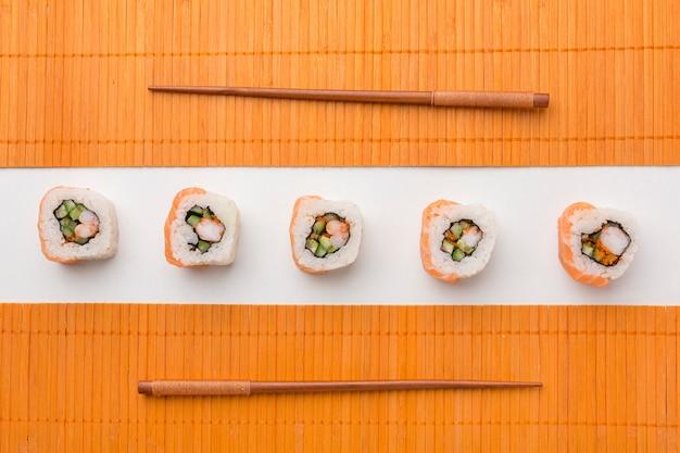 Vista superior deliciosos rollos de sushi en la mesa
