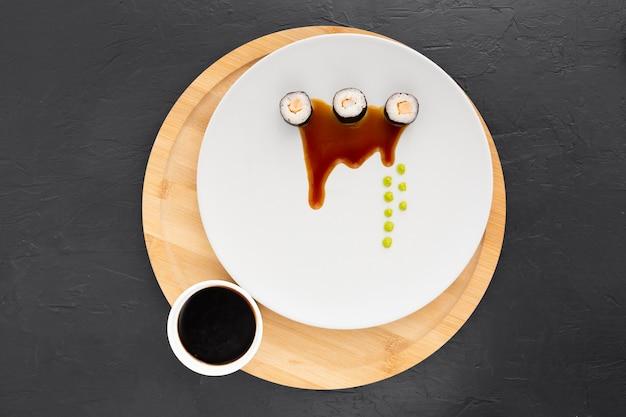 Vista superior deliciosos rollos de sushi con salsa de soja