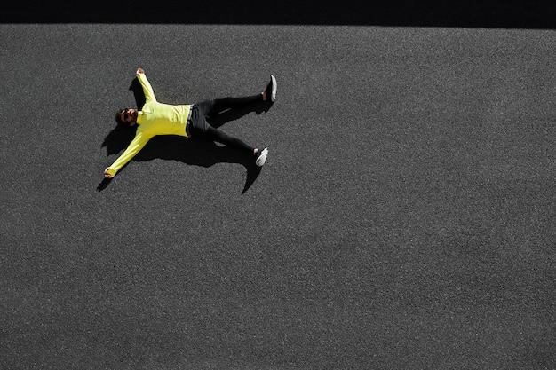 Vista superior del deportista tomando un descanso del ejercicio