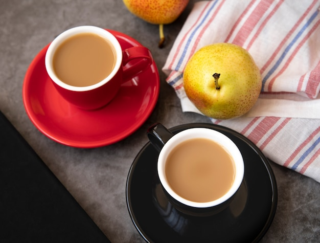 Vista superior del desayuno de café y peras.