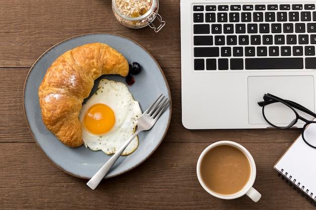 Vista superior desayuno casero con huevo