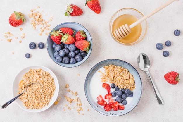 Vista superior desayuno con cereales y frutas.